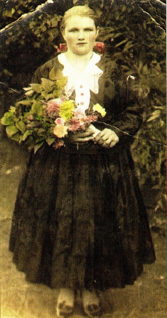 9b18068149aee Obr. 128: Alžbeta Zelmanová brokátové oblečenie jednofarebné s bielym  golierom. (rodinný album, Alžbeta Zelmanová, rodená Gemeriová, Sládkovičovo)