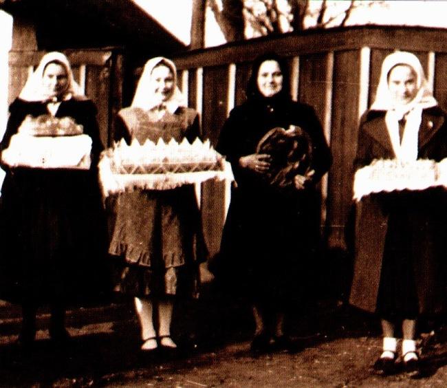 bf77e9415 Obr. 211: Radosňíka a svadobné koláče, Pitvaros 1943. (rodinný album,  Zuzana Maľová, Senec)